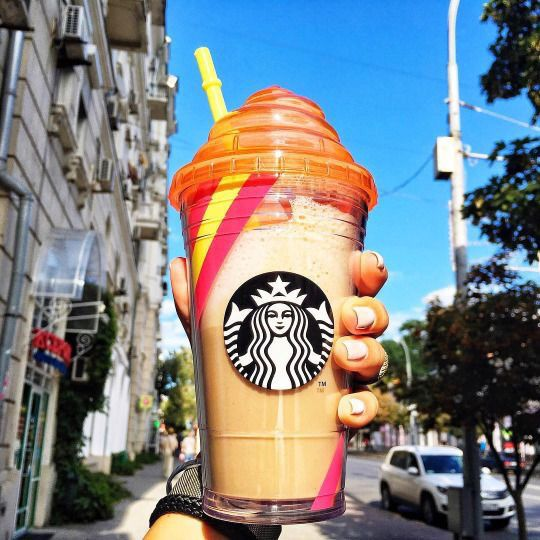 A famosa foto com o copo do Starbucks, postada espontaneamente pelos fãs da marca, com certeza faz a diferença na hora de agregar valor ao negócio. Imagem: @ariananicolexo.