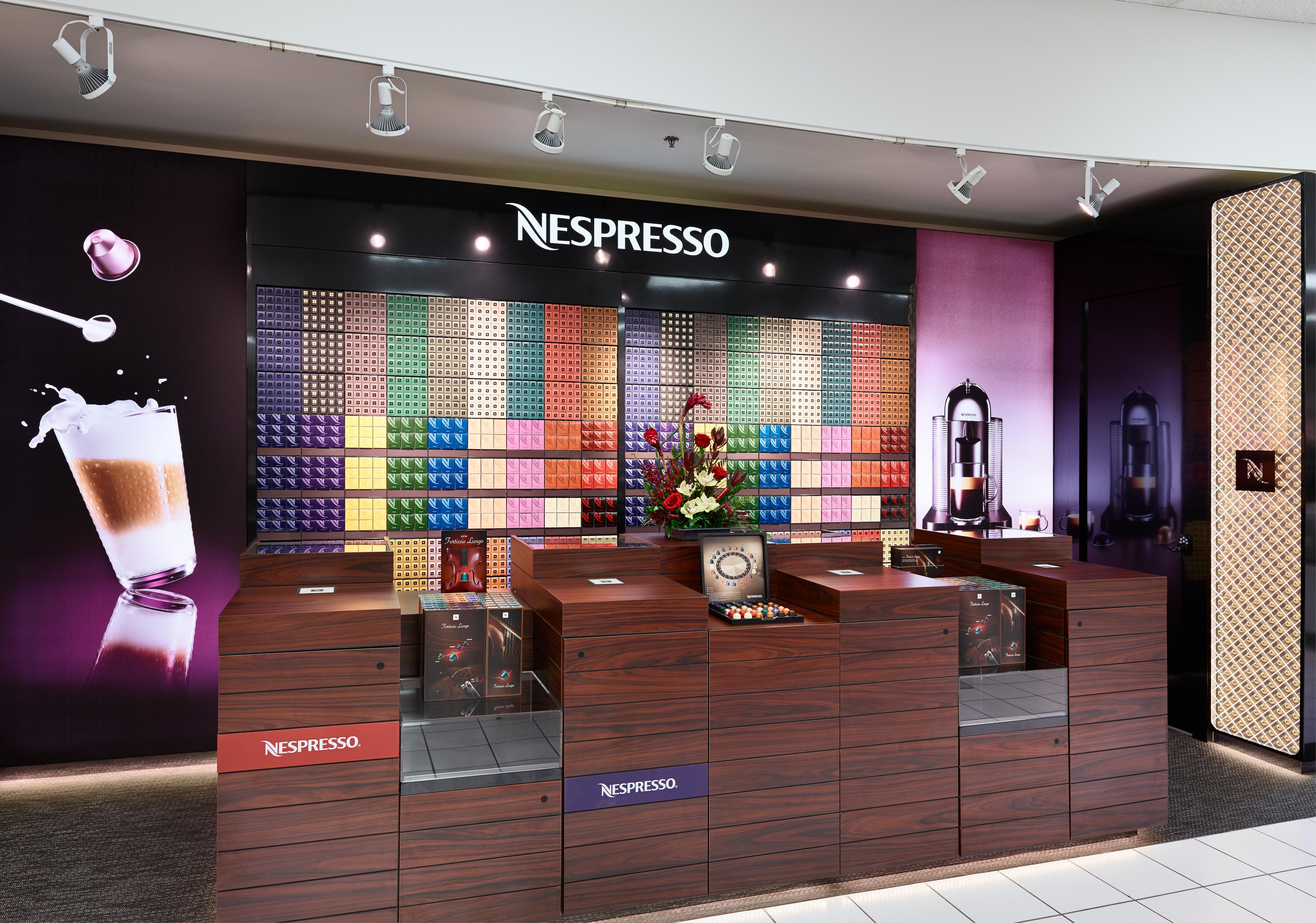 A Nespresso posicionou o seu café de forma única, criando valor de marca, o que permitiu cobrar mais pelo seu produto e experiência. Imagem: avenuecalgary.com